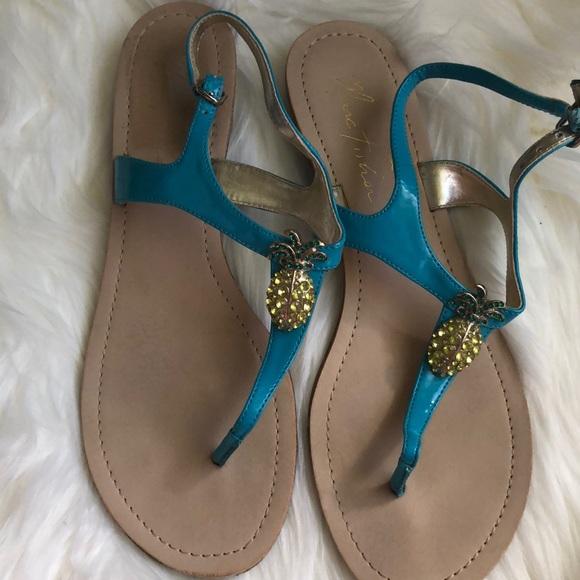 31232bbd9 EUC pineapple Marc Fisher thong sandals 🍍. M 5a848c7aa44dbe3b8d7c32b7
